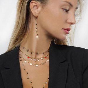 kvinna bär smycken från lena & friends